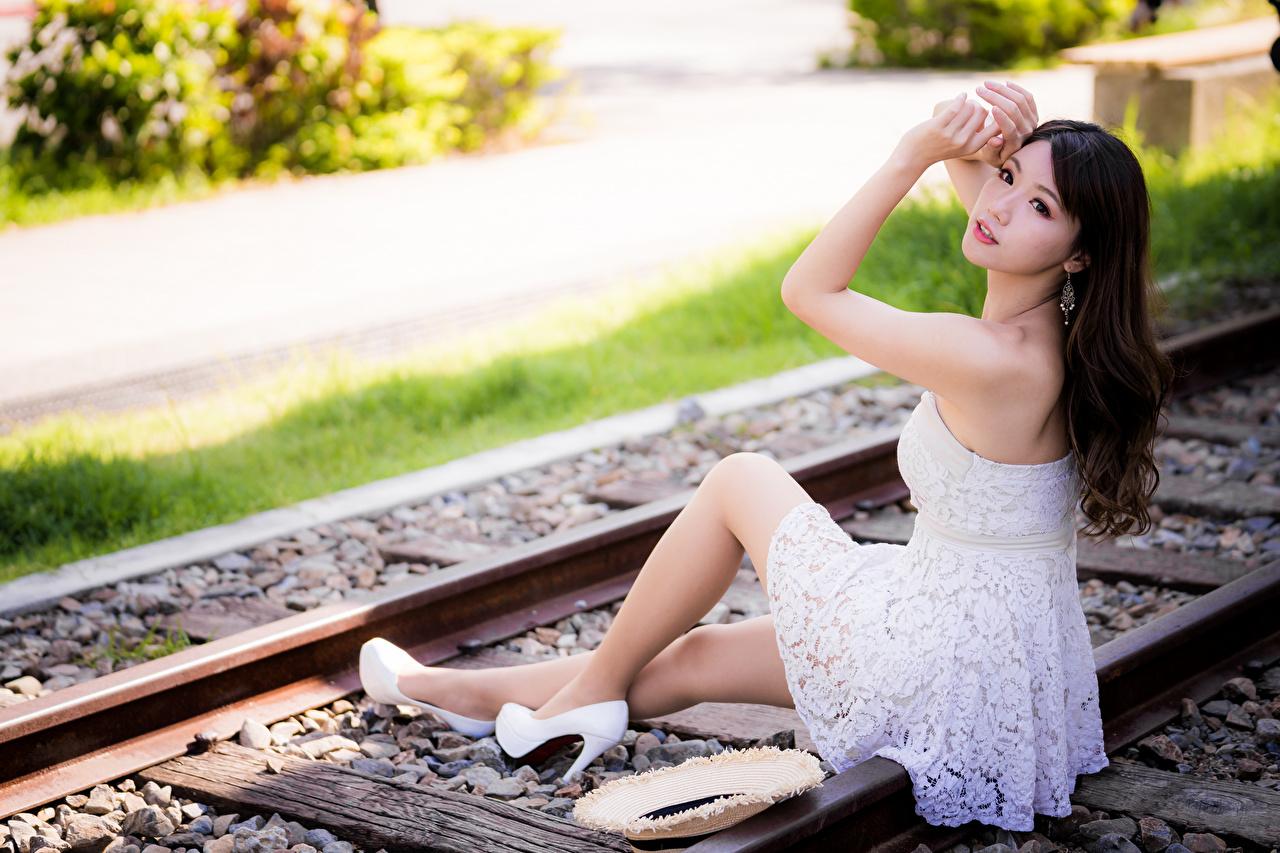 Фото Рельсы боке девушка азиатка сидящие платья рельсах Размытый фон Девушки молодая женщина молодые женщины Азиаты азиатки сидя Сидит Платье