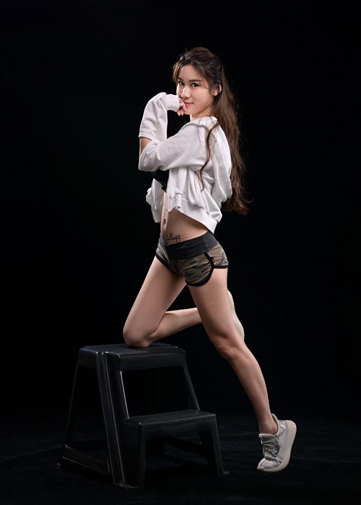 Картинки позирует Девушки ног Азиаты Шорты Взгляд  для мобильного телефона Поза девушка молодая женщина молодые женщины Ноги азиатки азиатка шорт шортах смотрит смотрят