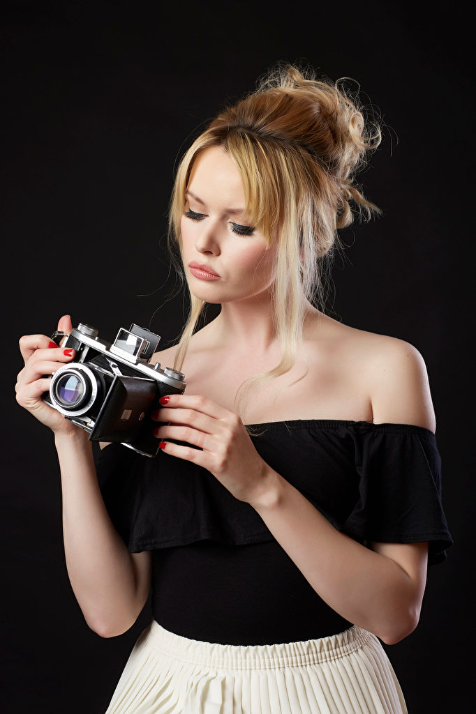 Фотографии Carla Monaco Блондинка Фотоаппарат Блузка девушка Руки на черном фоне  для мобильного телефона блондинки блондинок фотокамера Девушки молодая женщина молодые женщины рука Черный фон