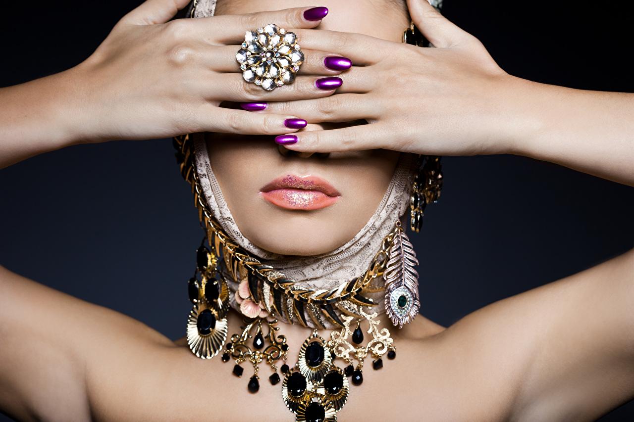 Картинка Маникюр девушка Губы кольца рука Украшения маникюра Девушки молодые женщины молодая женщина кольца Кольцо ювелирное кольцо Руки