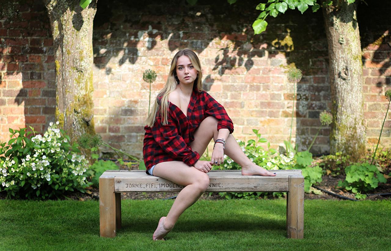 Картинка Connie Красивые рубашки девушка Ноги Сидит Скамейка смотрит красивая красивый рубашке Рубашка Девушки молодая женщина молодые женщины ног сидя Скамья сидящие Взгляд смотрят