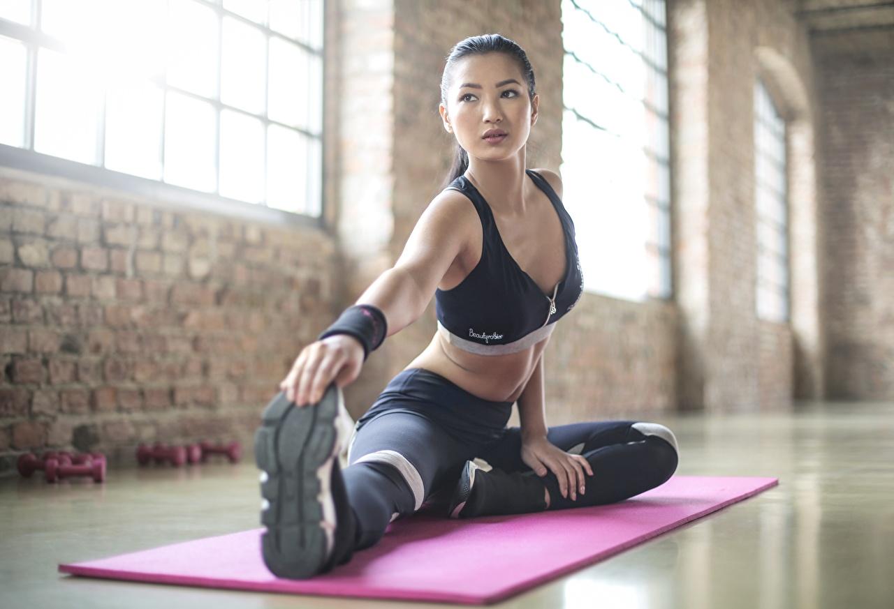 Фото Растяжка упражнение Фитнес спортивные молодые женщины Ноги азиатки Руки Сидит Униформа растягивается Спорт Девушки девушка спортивный спортивная молодая женщина ног Азиаты азиатка рука сидя сидящие униформе