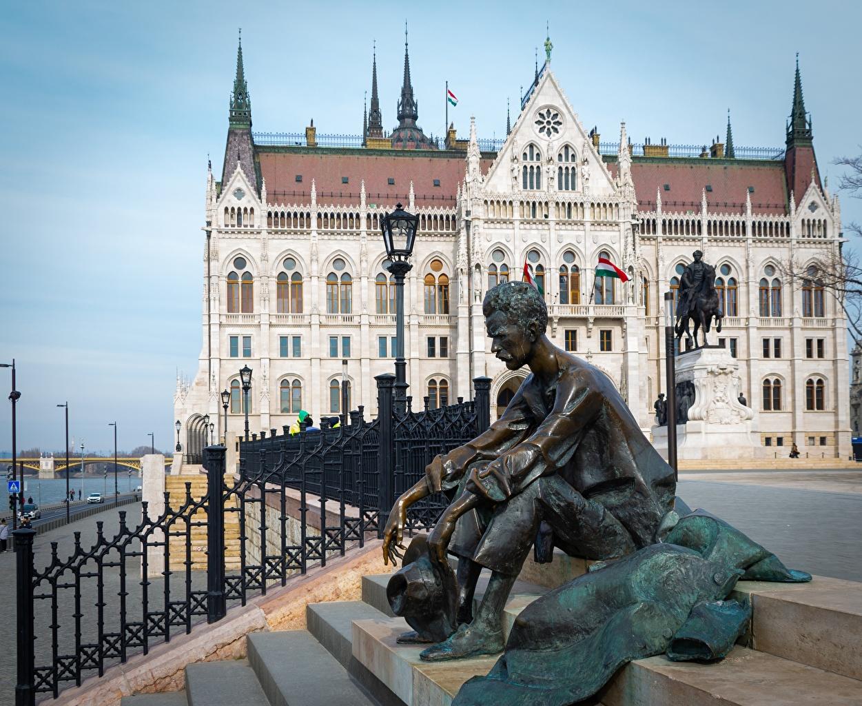 Фотография Будапешт Венгрия мужчина Attila Jozsef, Parliament сидящие Уличные фонари город Скульптуры Мужчины сидя Сидит Города скульптура