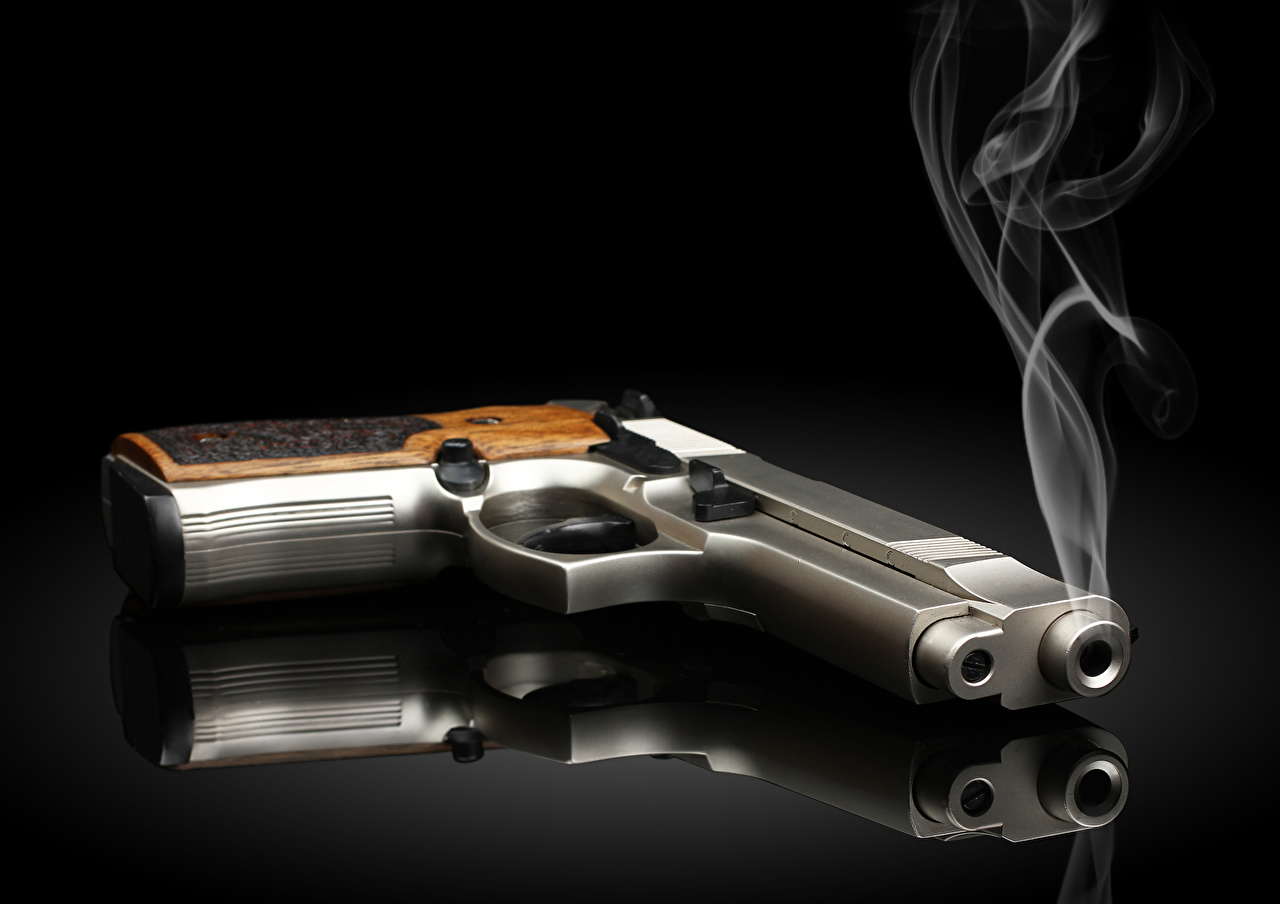 Фотографии пистолетом отражается Дым Черный фон сером фоне Армия пистолет Пистолеты Отражение отражении дымит Серый фон на черном фоне военные