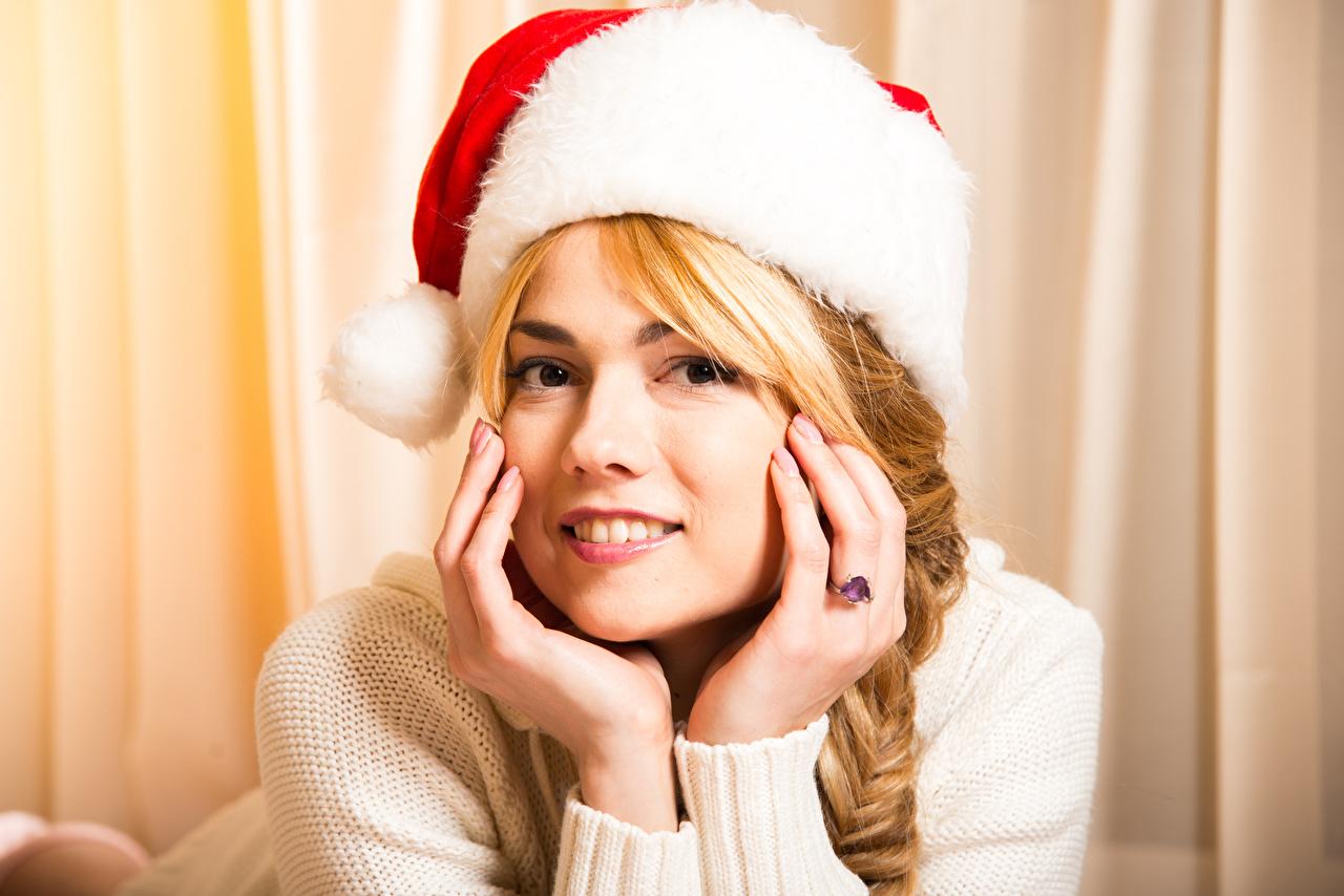 Фотография Блондинка Рождество Шапки Девушки Руки смотрит Новый год Взгляд