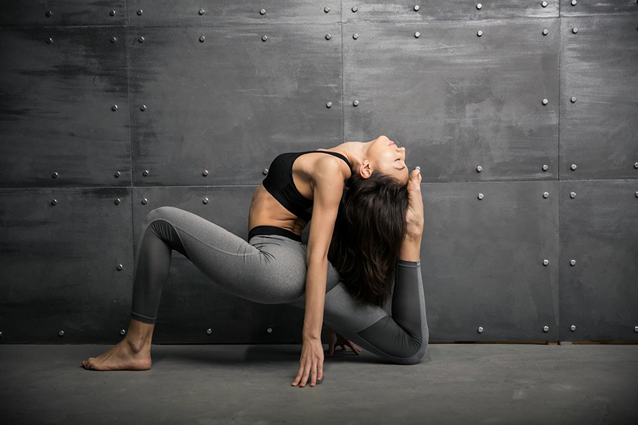 Фотографии брюнеток Тренировка Фитнес Девушки спортивные Гимнастика ног рука стены Брюнетка брюнетки тренируется физическое упражнение Спорт девушка спортивный спортивная молодые женщины молодая женщина Ноги Руки стене Стена стенка