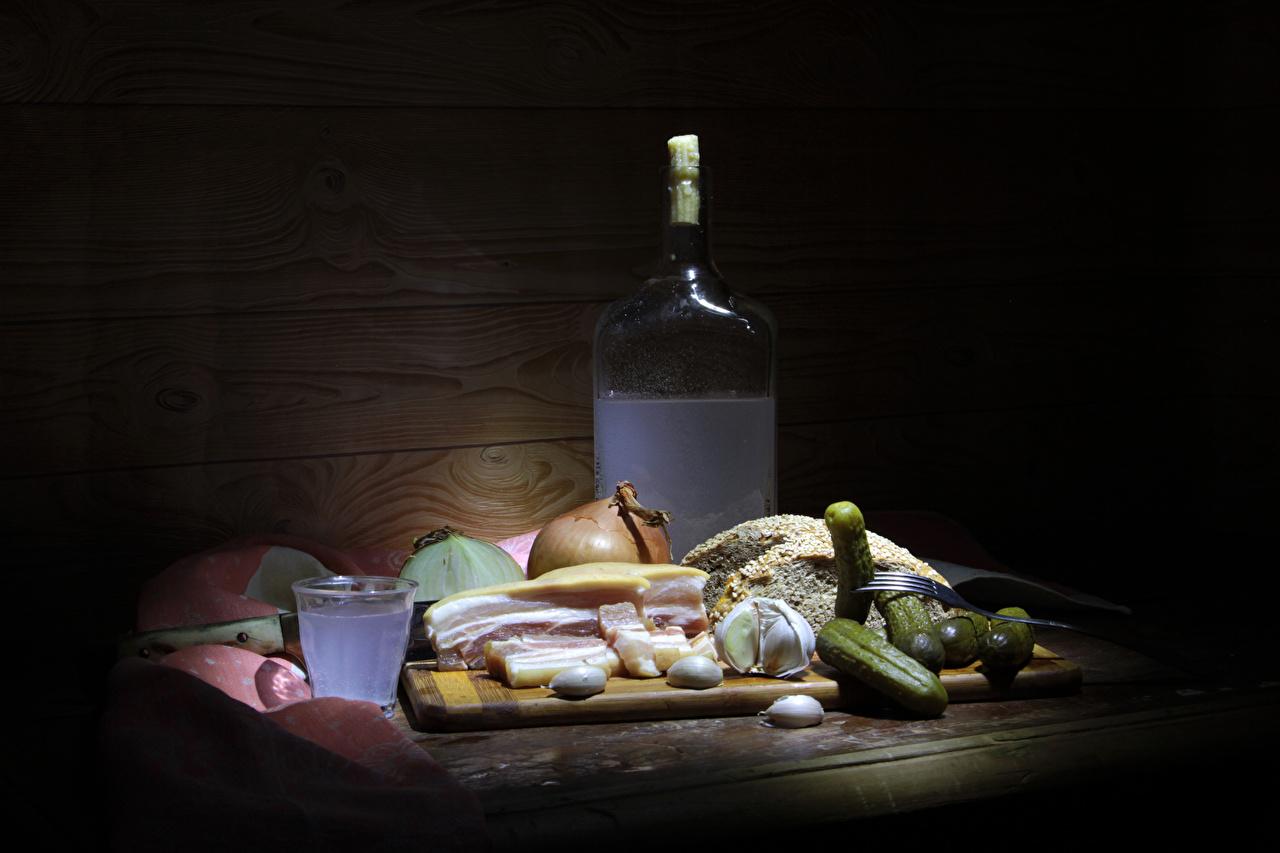 Картинки Алкогольные напитки Сало Огурцы Лук репчатый Хлеб Чеснок Рюмка Бутылка Продукты питания Натюрморт салом Еда Пища рюмки бутылки