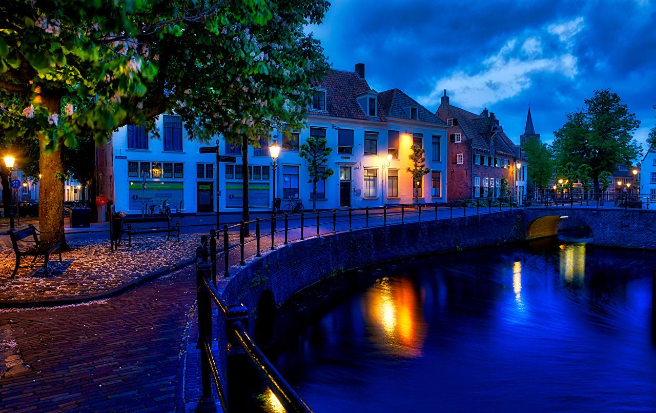 Картинка Нидерланды Amersfoort canals Водный канал ограда в ночи Уличные фонари Дома Города Забор забора забором Ночь ночью Ночные город Здания