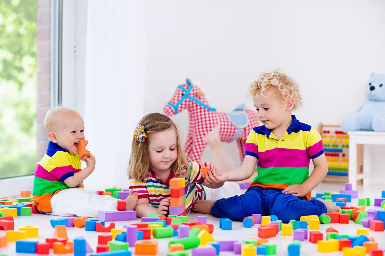Фото девочка Младенцы Мальчики ребёнок Трое 3 Игрушки Девочки мальчик младенца младенец мальчишки мальчишка грудной ребёнок Дети три втроем