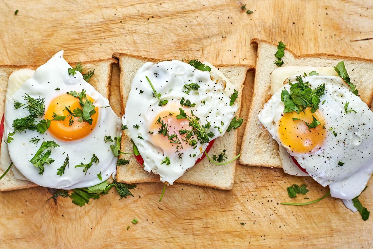 Фотография глазунья Хлеб бутерброд Еда Трое 3 яичницы Яичница Бутерброды три Пища втроем Продукты питания