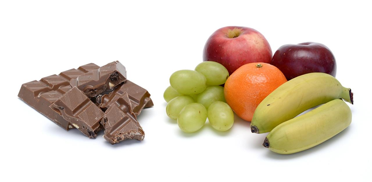 Фотография Шоколад Апельсин Яблоки Бананы Виноград Еда Белый фон Пища Продукты питания белом фоне белым фоном