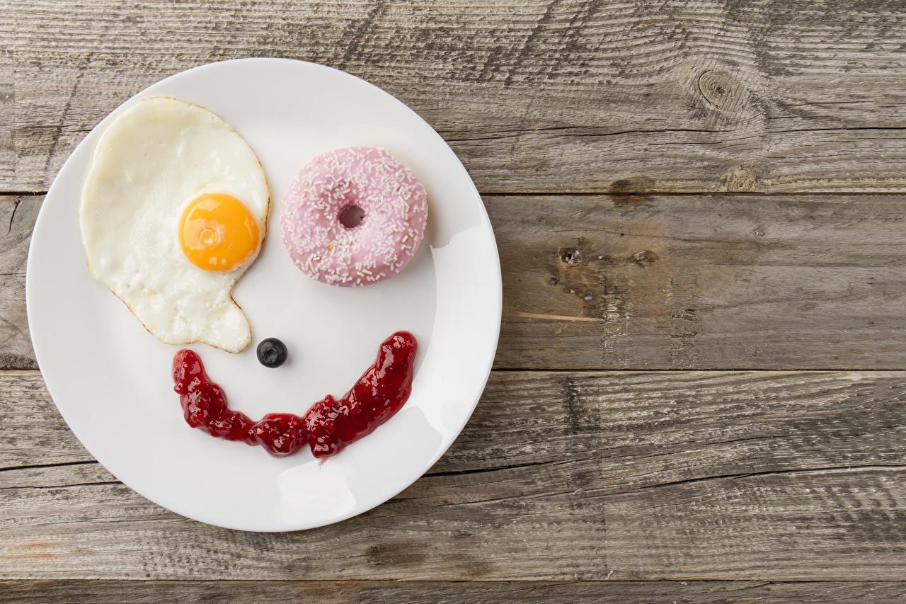 Картинки Улыбка яичницы Завтрак Пончики креативные Тарелка Продукты питания Доски улыбается Яичница глазунья Креатив оригинальные Еда Пища тарелке