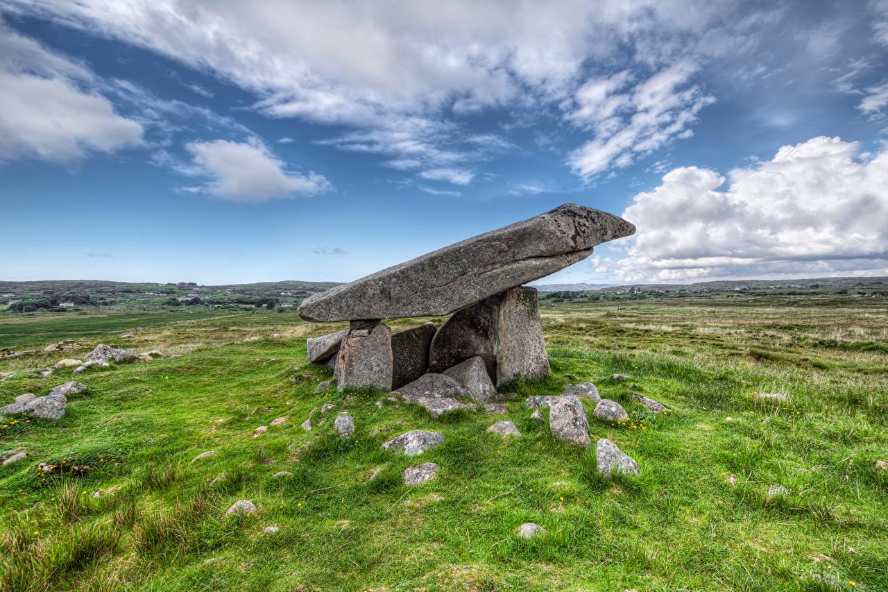 Картинки Ирландия Kilclooney Dolmen Природа Небо траве Камень Облака Камни Трава облако облачно