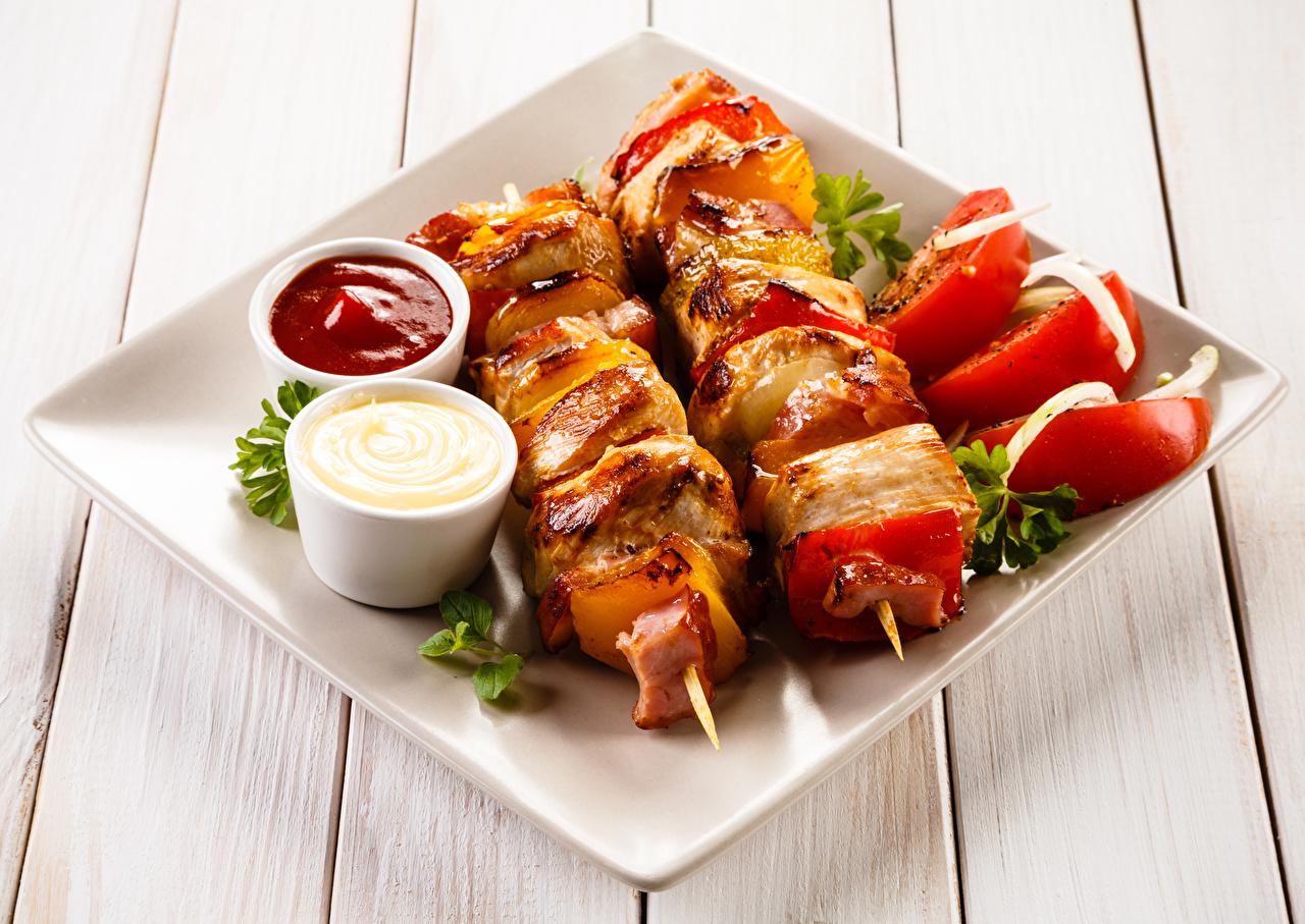 Фото Шашлык кетчупом Еда Овощи Тарелка Доски Кетчуп кетчупа Пища тарелке Продукты питания