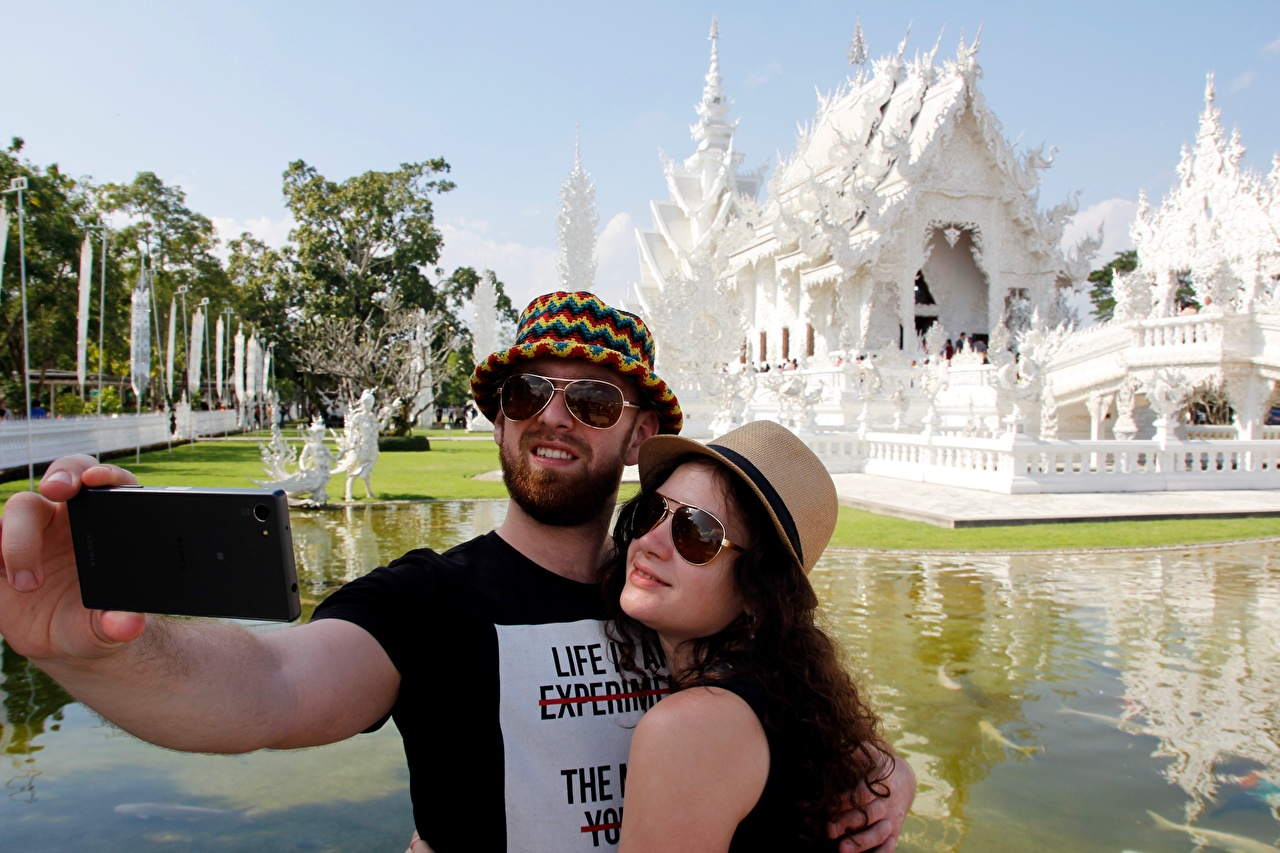 Картинки Таиланд мужчина Селфи White temple Шляпа вдвоем Объятие храм очках Города Мужчины 2 два две Двое шляпы шляпе обнимает обнимаются Очки Храмы очков город