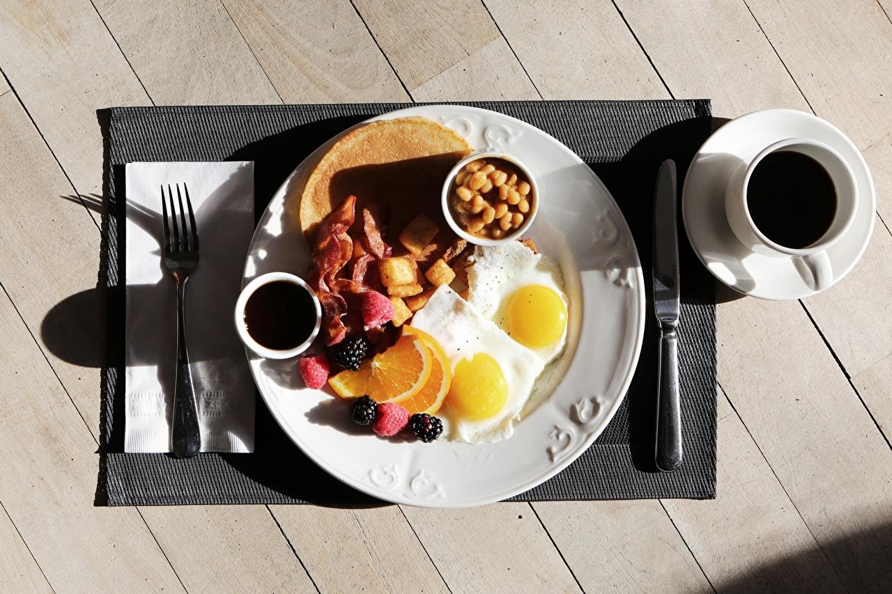 Фотография ножик Яичница Кофе Завтрак Еда Чашка Тарелка Вилка столовая Доски Нож Пища Продукты питания