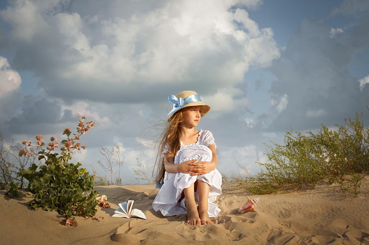Картинка девочка Dmitry Usanin Дети шляпы песка сидящие платья Девочки ребёнок шляпе Шляпа песке Песок сидя Сидит Платье