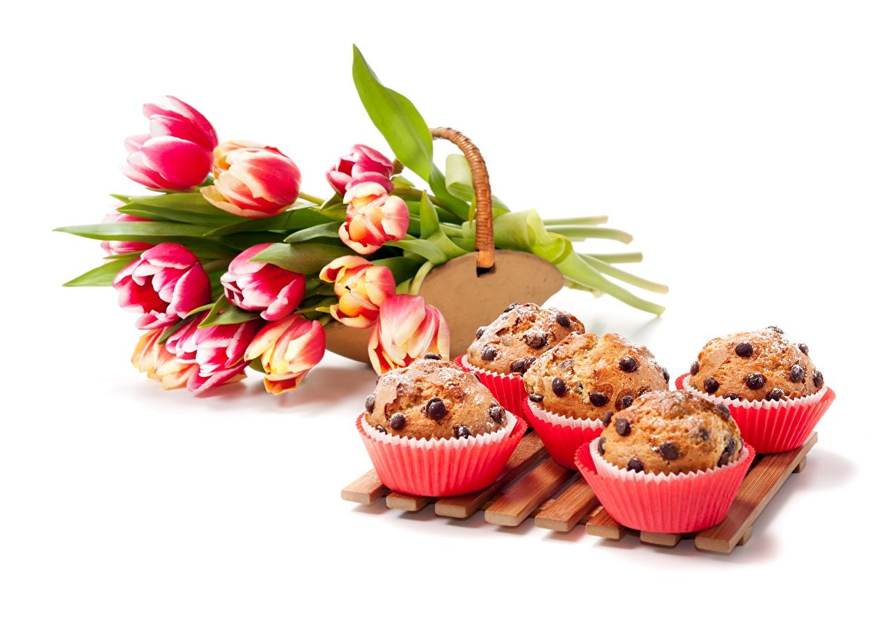 Фотография Кекс Маффин тюльпан Цветы Продукты питания Выпечка Белый фон Тюльпаны цветок Еда Пища белом фоне белым фоном