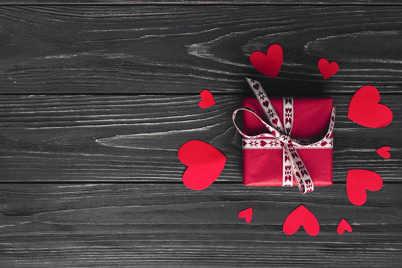 Обои для рабочего стола День всех влюблённых Сердце подарок Доски День святого Валентина серце сердца сердечко Подарки подарков