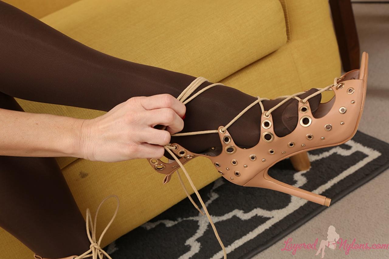 Фотографии колготках молодая женщина ног Крупным планом туфель колготок Колготки девушка Девушки молодые женщины Ноги вблизи Туфли туфлях