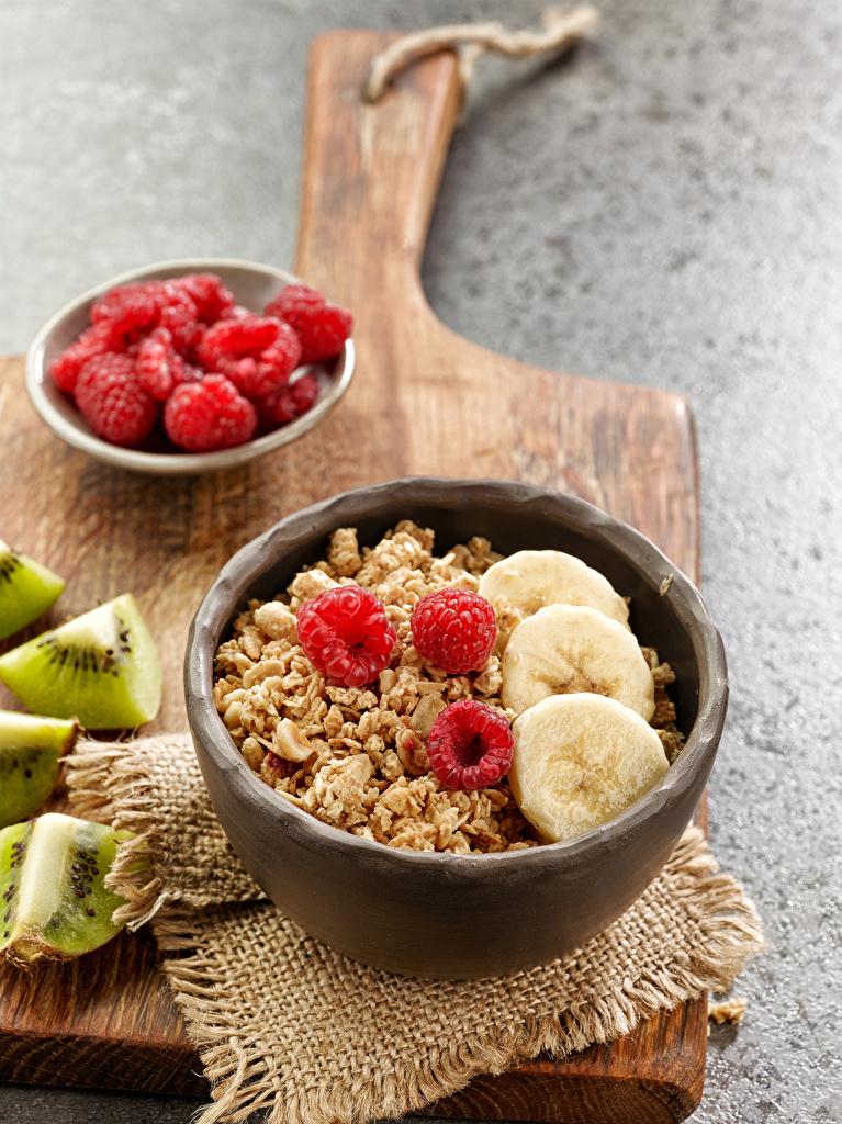 Фото Завтрак Бананы Малина Еда Мюсли разделочной доске Пища Продукты питания Разделочная доска