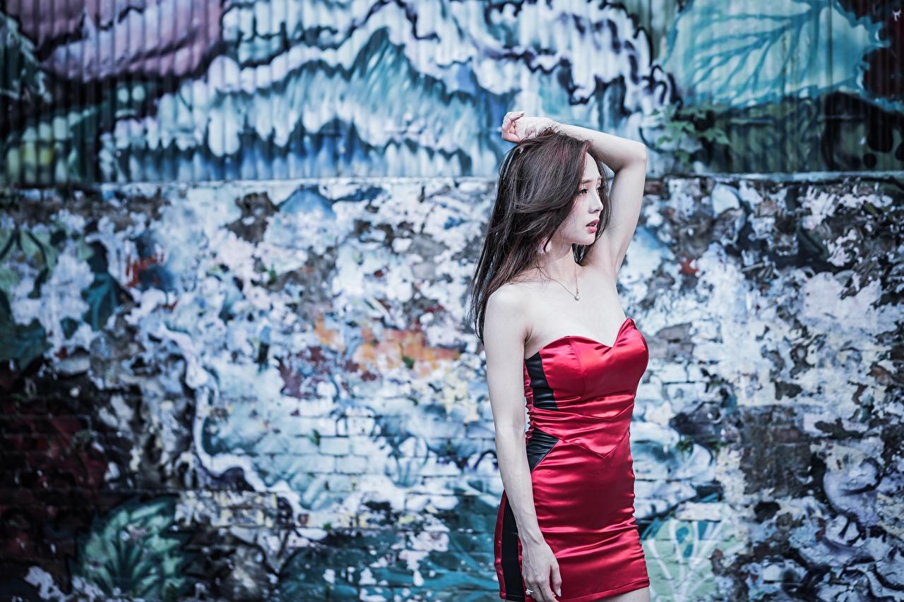 Фото шатенки Поза девушка Азиаты рука стенка платья Шатенка позирует Девушки молодая женщина молодые женщины азиатки азиатка Руки Стена стены стене Платье