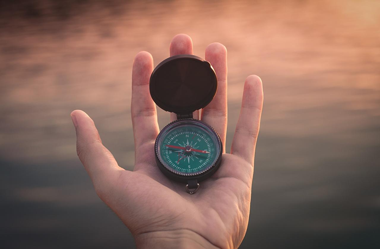 Фотография Компас Руки Крупным планом компаса рука вблизи