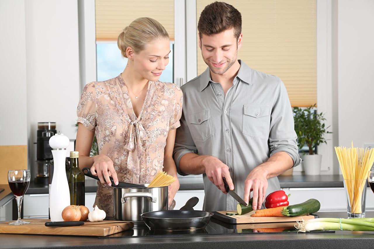 Картинка Кухня Блондинка Мужчины ножик Двое Девушки Сковородка Бокалы Разделочная доска Нож 2 вдвоем Сковорода