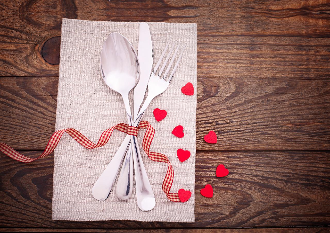 Обои для рабочего стола День святого Валентина сердечко Нож Лента вилки Ложка Доски День всех влюблённых серце сердца Сердце ножик ложки ленточка Вилка столовая