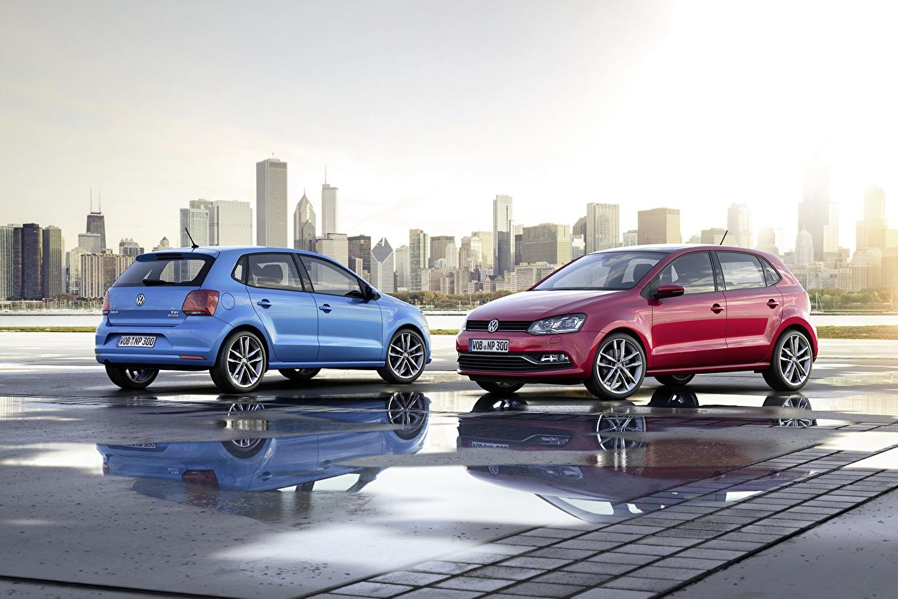 Обои для рабочего стола Фольксваген 2014 Polo голубых красные Автомобили Здания Города Volkswagen голубая голубые Голубой красная Красный красных авто машины машина автомобиль Дома город