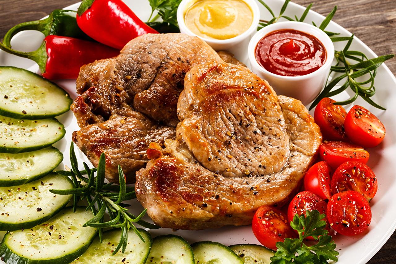 Фото Огурцы Томаты Кетчуп Еда Перец Мясные продукты Вторые блюда Помидоры кетчупа кетчупом Пища перец овощной Продукты питания