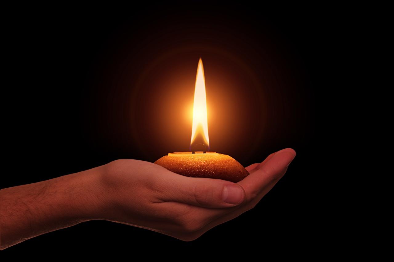 Фотография Огонь Руки Свечи Черный фон пламя рука на черном фоне