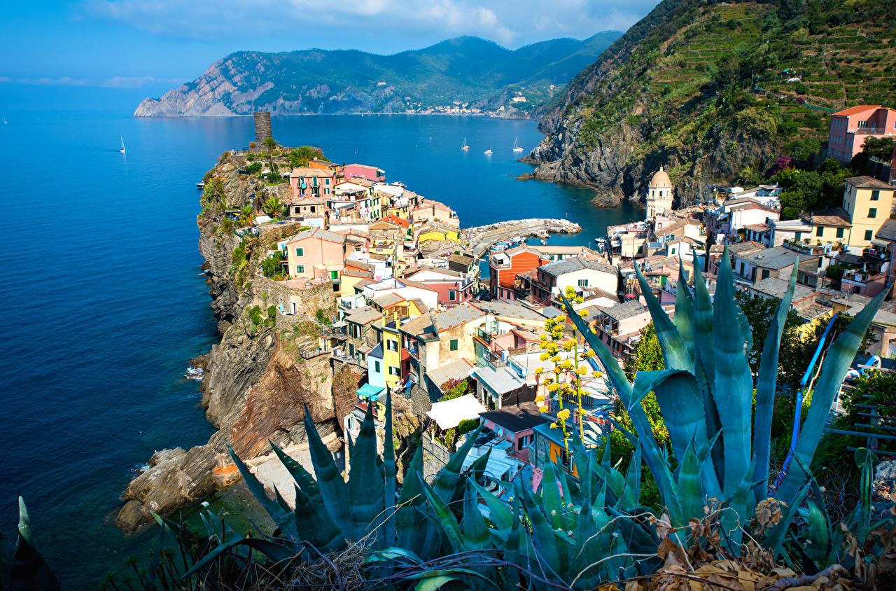 Картинка Вернацца Италия скале Залив Дома Города Утес Скала скалы залива заливы город Здания