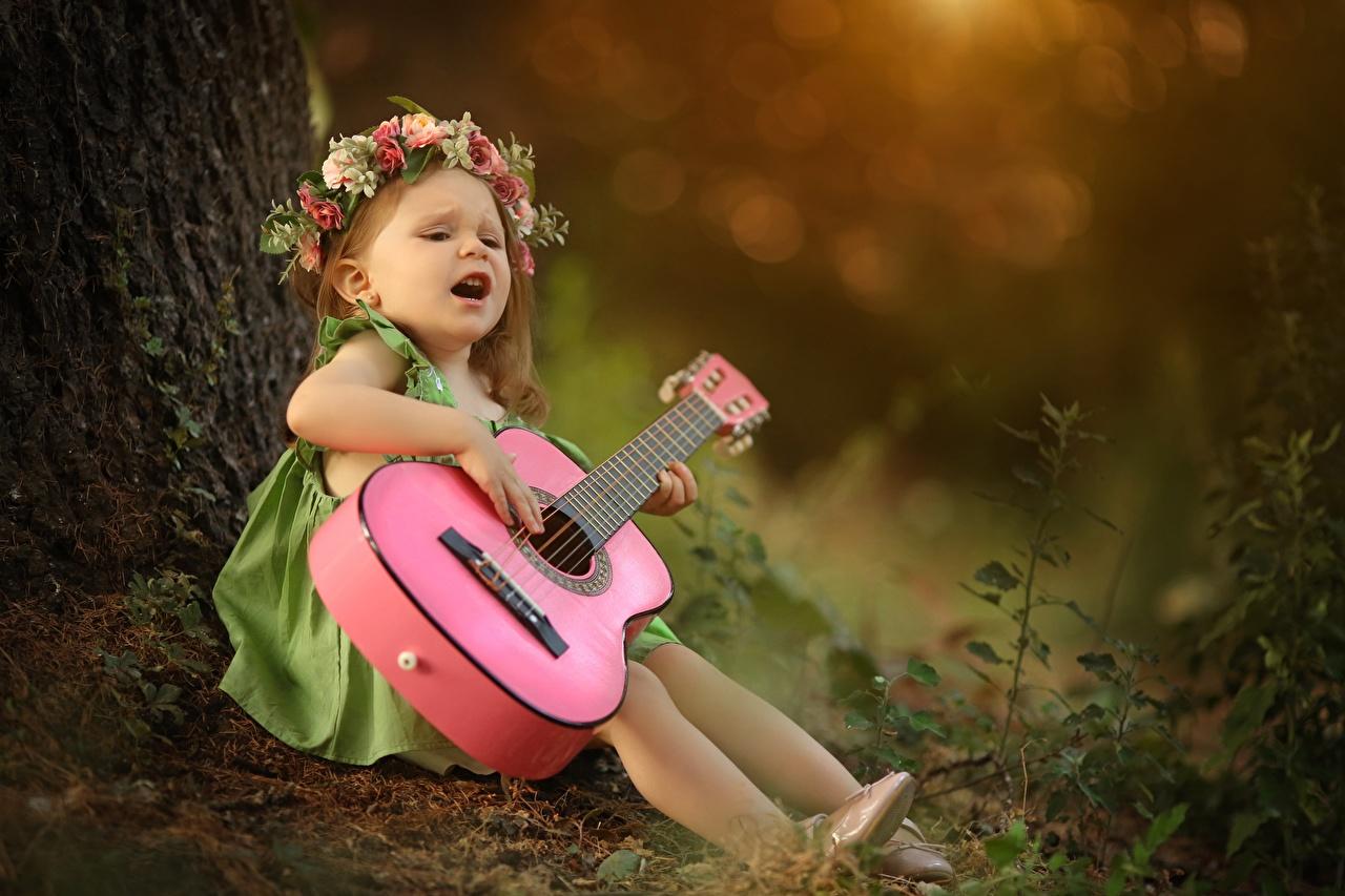 Фотография девочка с гитарой Размытый фон Дети венком сидящие Девочки гитары Гитара боке ребёнок Венок сидя Сидит