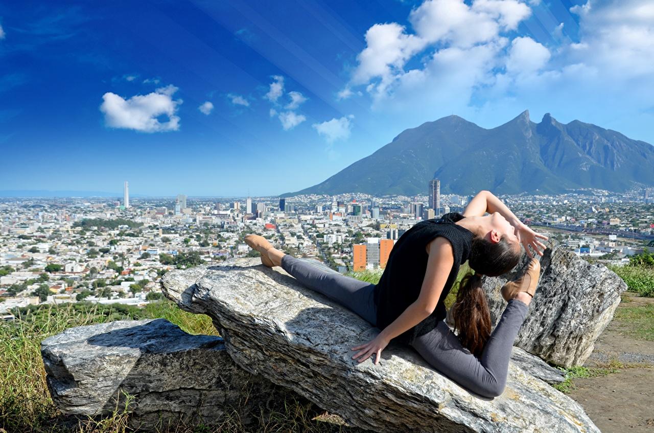 Фотография Шатенка Шпагат Растяжка упражнение Горы Девушки Гимнастика Ноги Камень Города Облака Камни