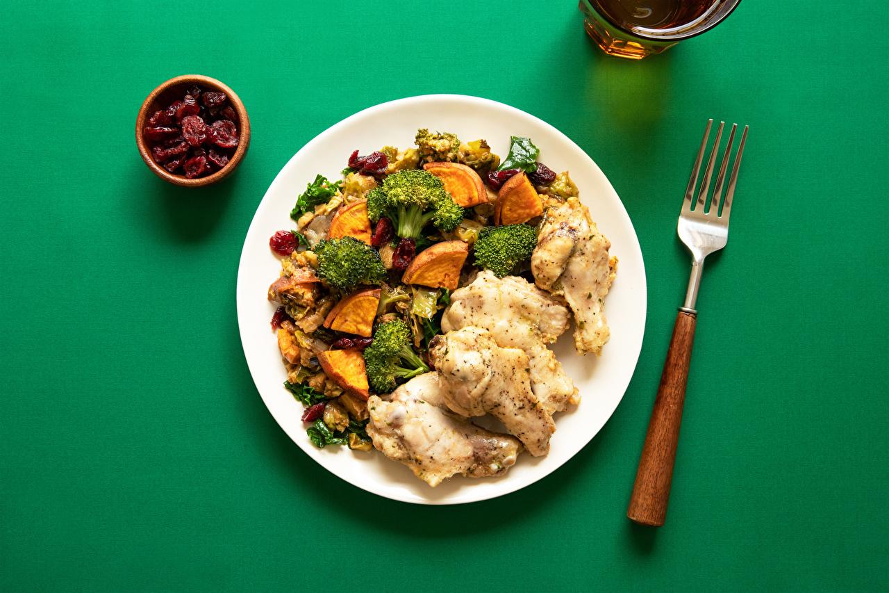 Фотографии Брокколи Пища вилки Тарелка Мясные продукты Цветной фон Вторые блюда Еда тарелке Вилка столовая Продукты питания