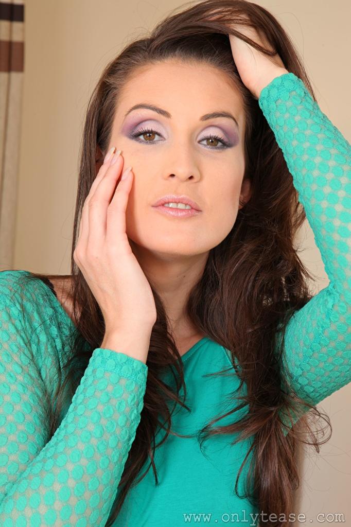 Фотография Petra Vachouskova Шатенка косметика на лице Девушки Руки Взгляд  для мобильного телефона шатенки мейкап Макияж девушка молодая женщина молодые женщины рука смотрит смотрят