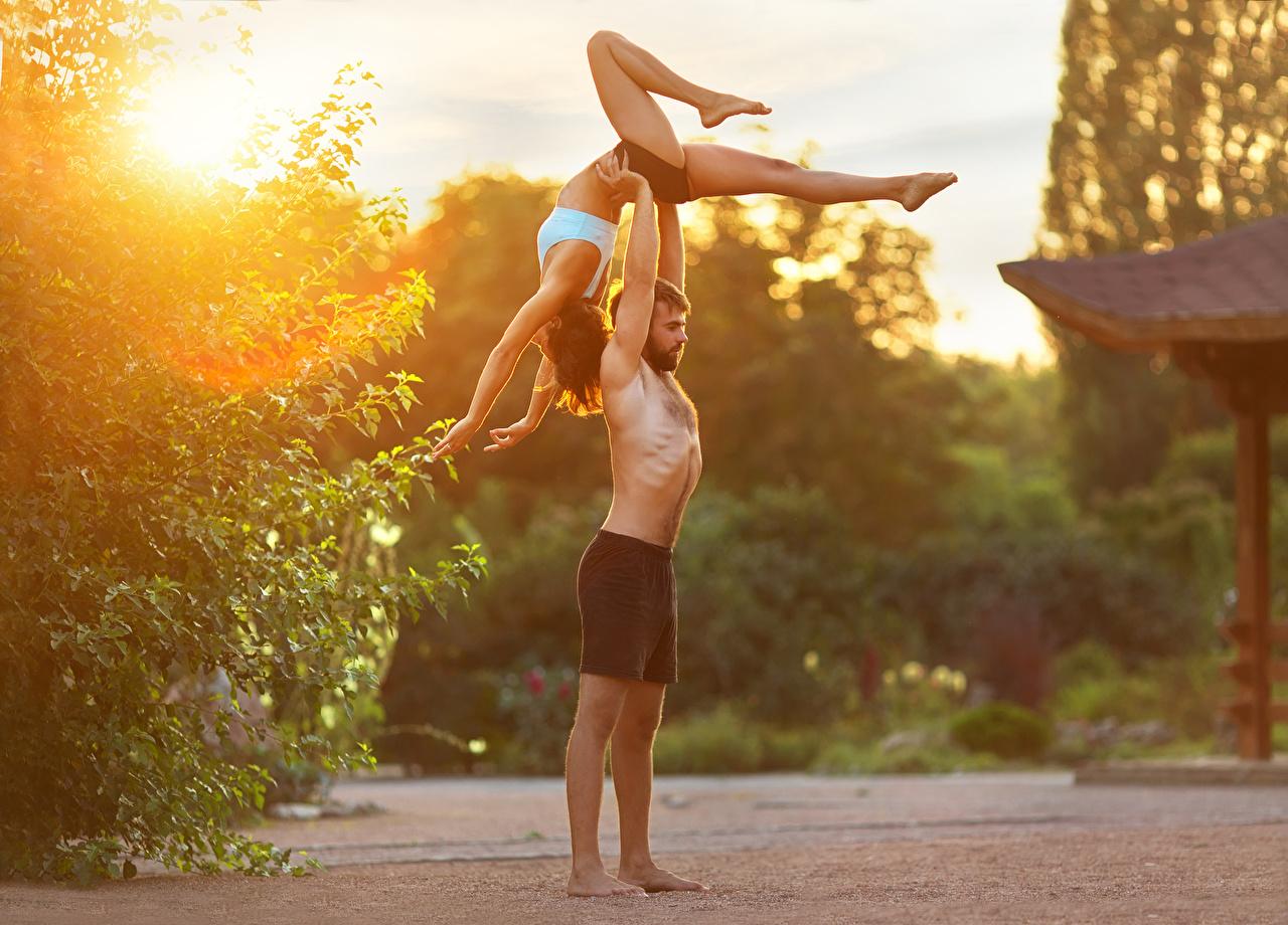 Картинки Шатенка мужчина физическое упражнение вдвоем Девушки спортивный Гимнастика ног Руки шатенки Мужчины Тренировка тренируется 2 две два Двое Спорт девушка спортивные спортивная молодые женщины молодая женщина Ноги рука