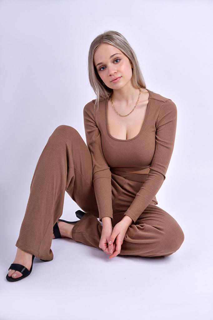 Картинка Блондинка Модель Anais Gouze Поза молодые женщины Сидит смотрят  для мобильного телефона блондинки блондинок фотомодель позирует девушка Девушки молодая женщина сидя сидящие Взгляд смотрит