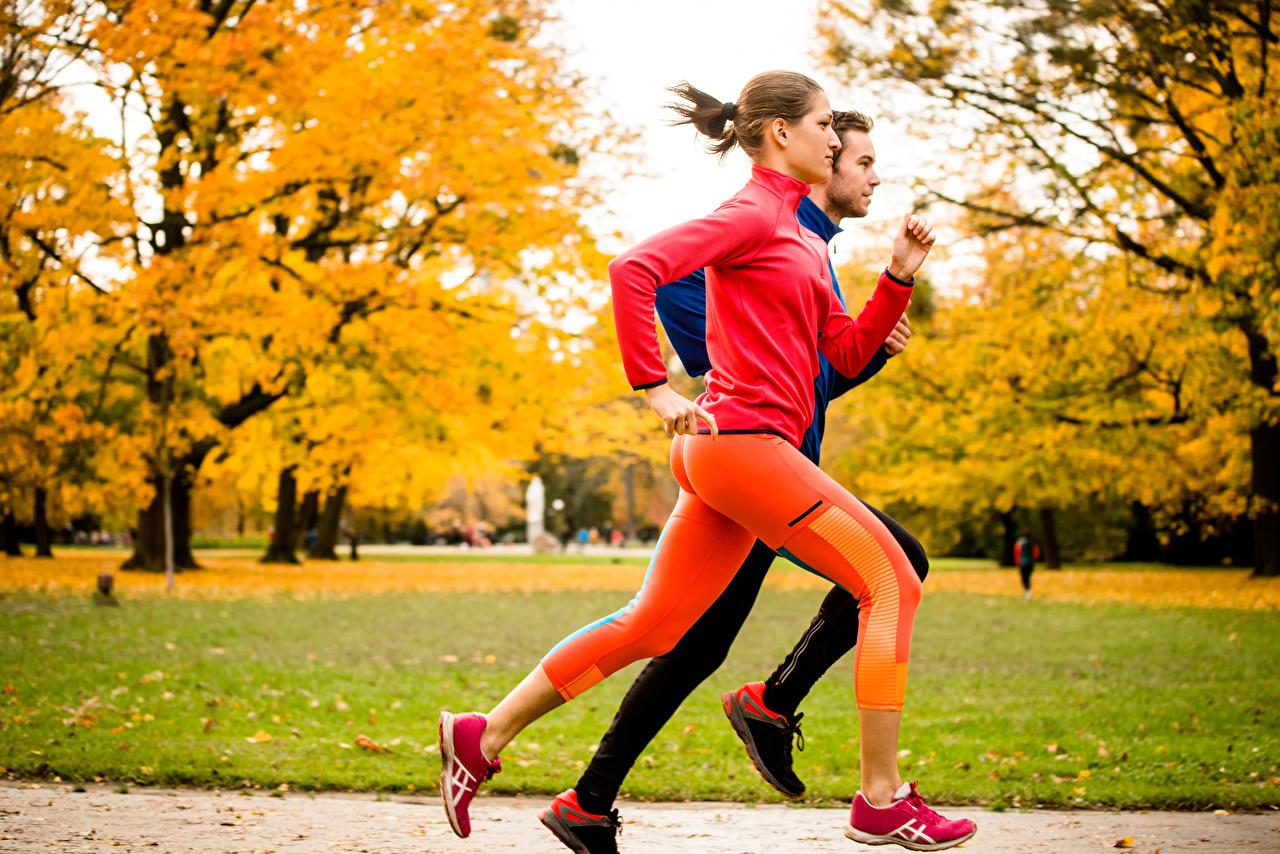 Фото Шатенка мужчина бежит Фитнес два осенние Девушки шатенки Мужчины Бег бегущая бегущий 2 две Двое Осень вдвоем девушка молодая женщина молодые женщины
