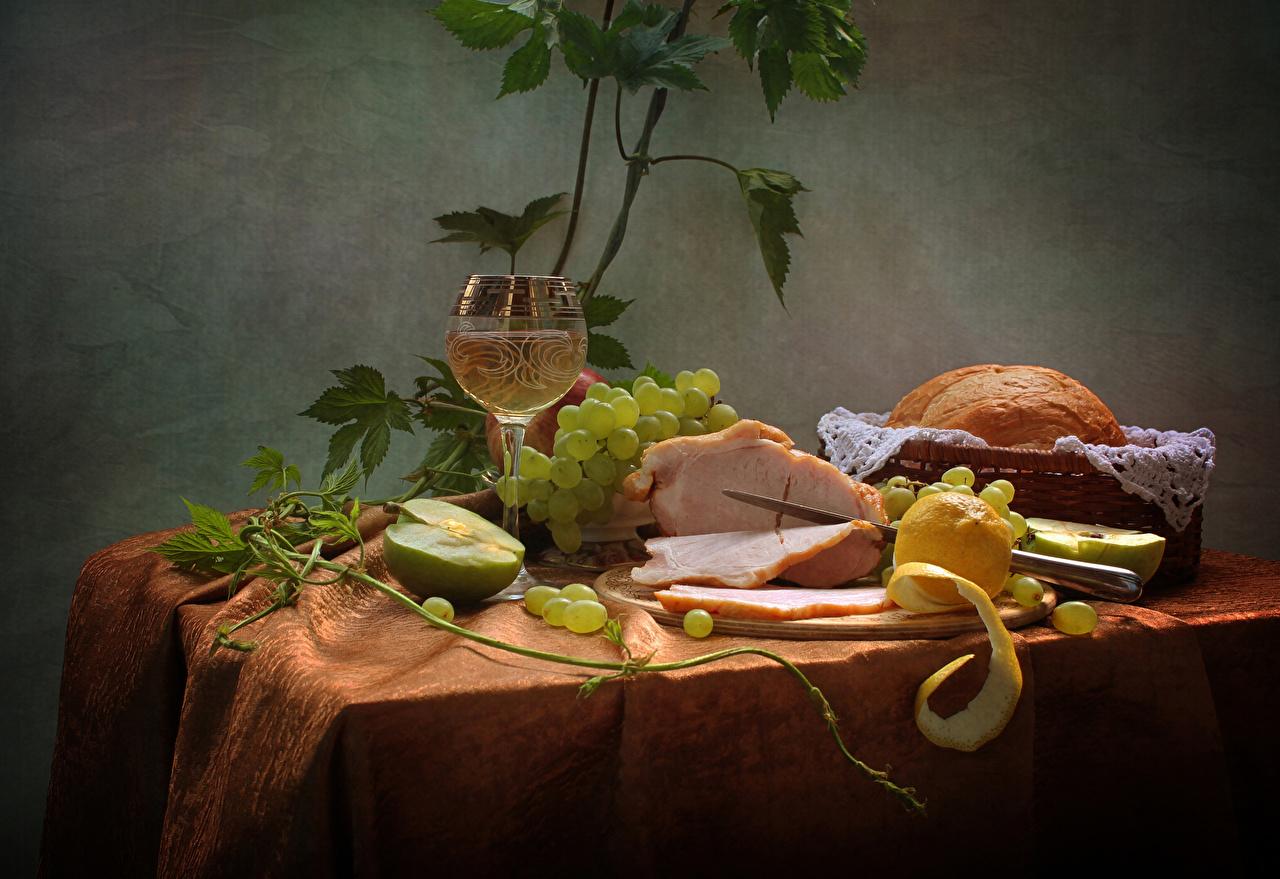 Фотография Вино Хлеб Лимоны Яблоки Ветчина Виноград стола бокал Продукты питания Натюрморт Еда Стол Пища столы Бокалы