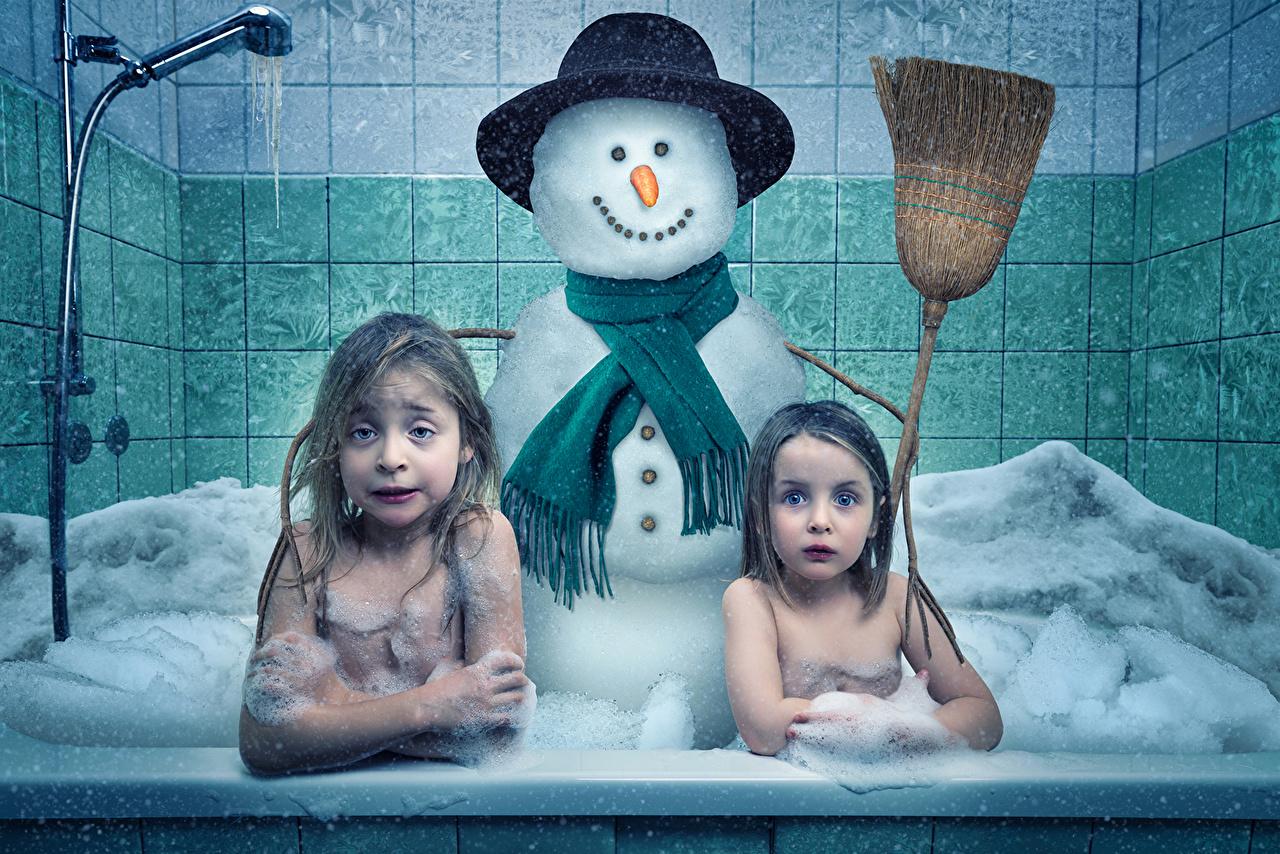 Обои для рабочего стола Юмор Девочки Ванная ребёнок 2 шляпе Снеговики креативные Пена Смешные девочка Дети две два Двое шляпы Шляпа вдвоем Креатив снеговик снеговика оригинальные пене пеной