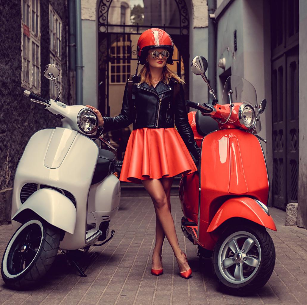Фото Юбка Мотороллер в шлеме Девушки очках юбке юбки Скутер Шлем шлема девушка молодая женщина молодые женщины Очки очков