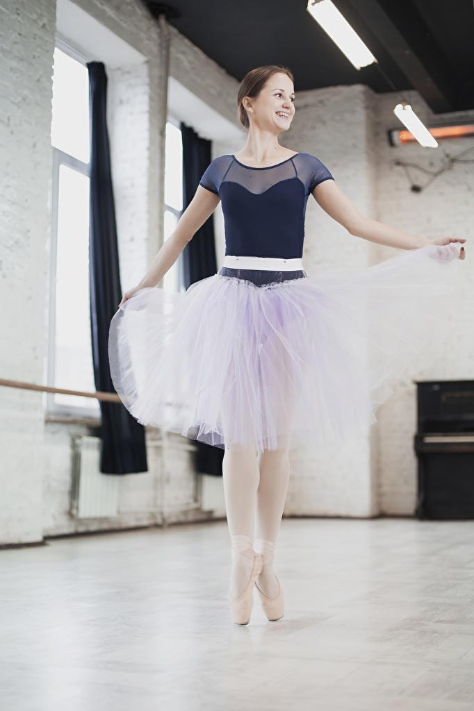 Картинка юбке шатенки Балет улыбается молодые женщины  для мобильного телефона Юбка юбки Шатенка балета балете Улыбка девушка Девушки молодая женщина