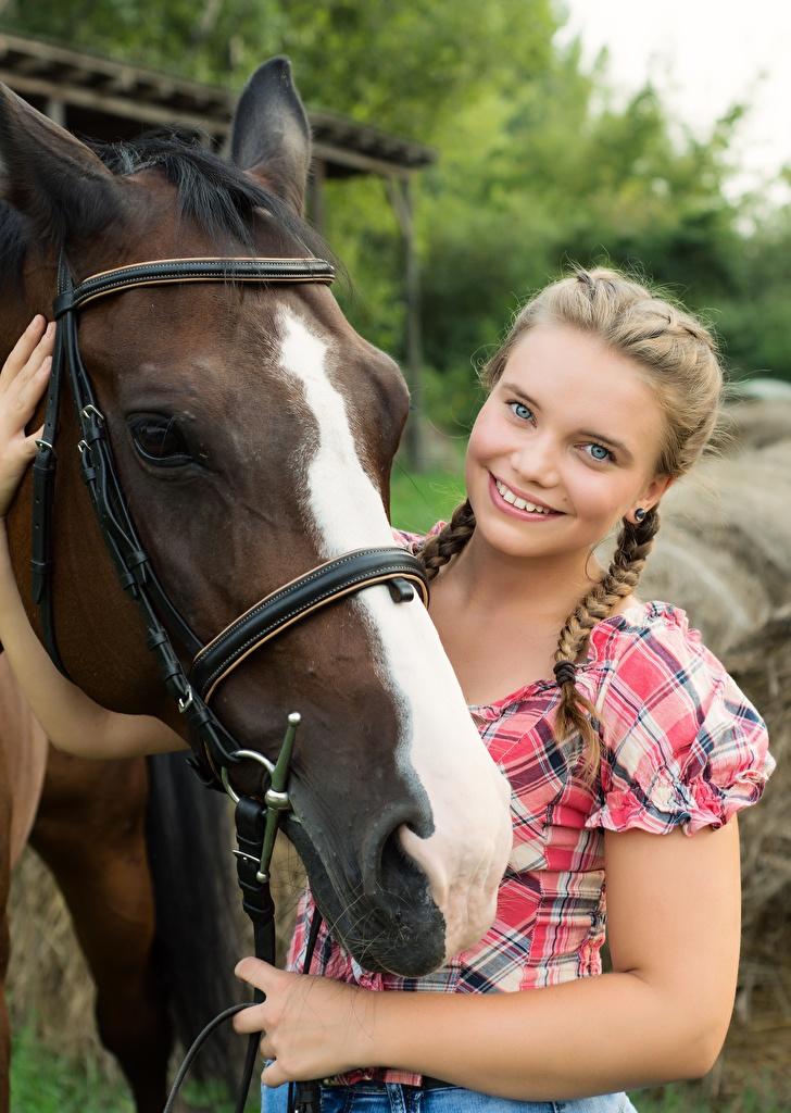 Картинка Лошади косички Улыбка милая девушка Голова смотрит  для мобильного телефона лошадь косы Коса улыбается Милые милый Миленькие Девушки молодые женщины молодая женщина головы Взгляд смотрят