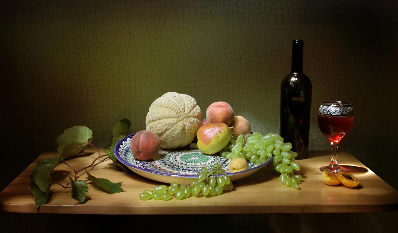 Фотография Вино Дыни Груши Персики Виноград Пища Бокалы бутылки Натюрморт Еда бокал Бутылка Продукты питания
