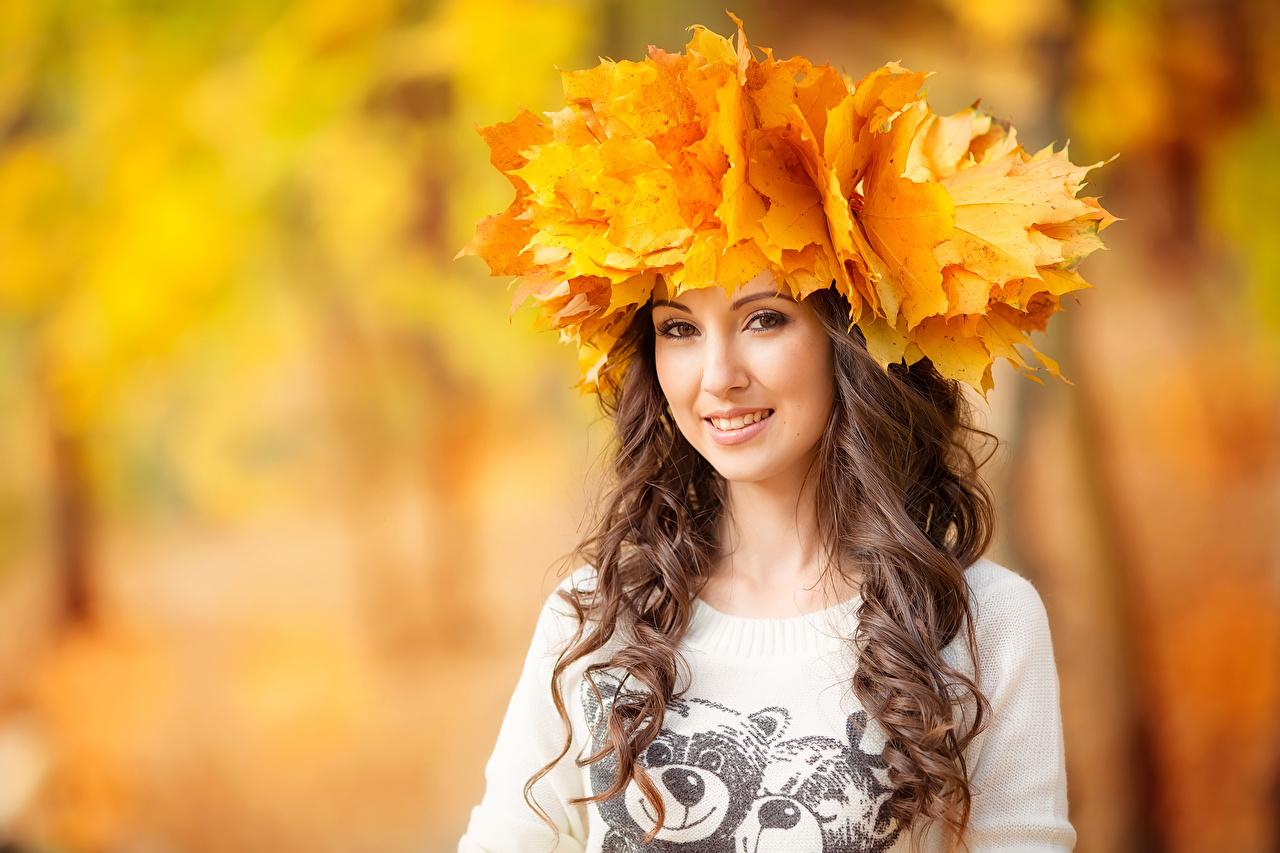 Обои для рабочего стола лист шатенки Осень Девушки смотрят Листья Листва Шатенка осенние девушка молодые женщины молодая женщина Взгляд смотрит