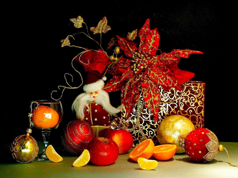 Фотографии Рождество Яблоки Подарки Шар Праздники Цитрусовые на черном фоне Новый год подарок подарков Шарики Черный фон