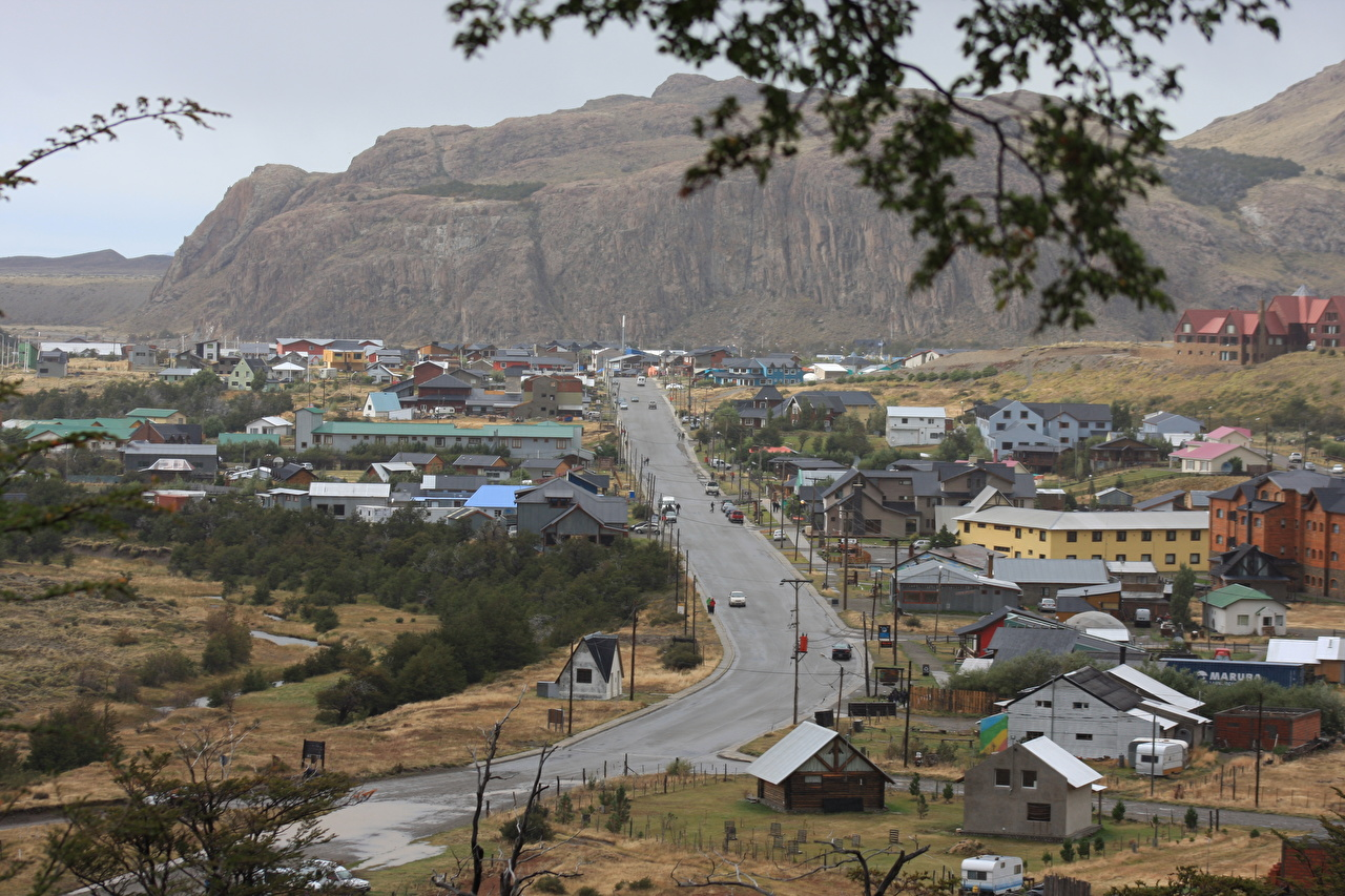 Картинки Аргентина село El Chalten, Santa Cruz Горы Дороги Здания Города Деревня поселок гора Дома город