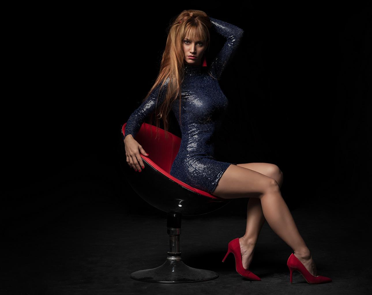 Обои для рабочего стола Рыжая Красивые Волосы девушка Ноги Кресло сидящие смотрит Платье рыжих рыжие красивый красивая волос Девушки молодые женщины молодая женщина ног сидя Сидит Взгляд смотрят платья